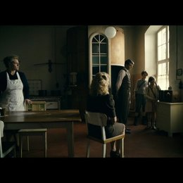 Familie Reich hört die Kriegsmeldung im Radio - Szene Poster