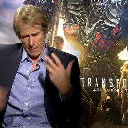 Michael Bay - Regisseur - darüber dass die Autobots mehr im Fokus stehen in diesem Teil - OV-Interview Poster