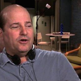John Jacobs über die Zusammenarbeit mit Mark Wahlberg in Boston - OV-Interview Poster