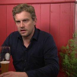Sebastian Bezzel - Franz Eberhofer - ob ihm das Spiel auf Bayerisch mehr Spaß macht als auf Hochdeutsch - Interview