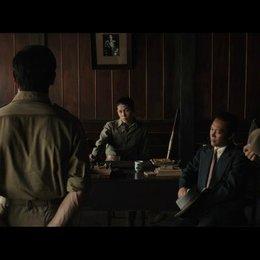 Ein japanischer Radiosprecher nimmt Louis aus dem Lager mit - Szene
