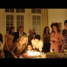 Als Sylvie noch einmal für ihren Geburtstag zurück nach Frankfreich kommt, schaffen Marc und sie es doch nicht voneinander loszulasse - Szene