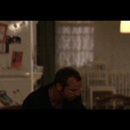 Roger gesteht Dinah, dass er sich behandeln lassen muss - Szene