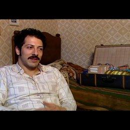 Fahri Yardim (Hüseyin - jung) über den Film - Interview Poster