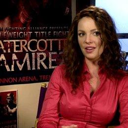 03 KATHERINE HEIGL -Stephanie Plum- über JASON OMARA in seiner Rolle als Joe Morelli - OV-Interview Poster