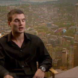 Alex Russell - Matt über seine Rolle - OV-Interview Poster