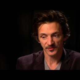 John Hawkes (Patrick) über Regisseur Sean Durkin - OV-Interview Poster