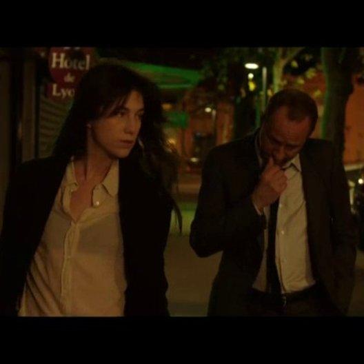 Marc und Sylvie lernen sich in einer Bar in einer französischen Kleinstadt zum ersten Mal kennen - Szene