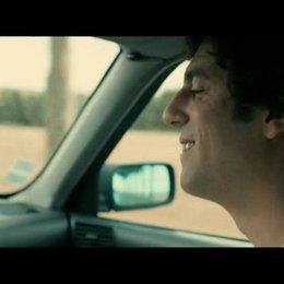 Thomas (Max Boublil) und Gilbert (Alain Chabat) stellen bei einer Autofahrt fest, dass sie dasselbe musikalische Idol haben - Szene