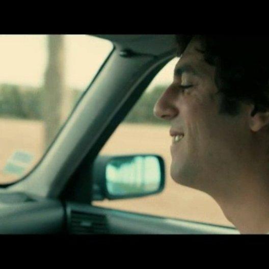 Thomas (Max Boublil) und Gilbert (Alain Chabat) stellen bei einer Autofahrt fest, dass sie dasselbe musikalische Idol haben - Szene Poster