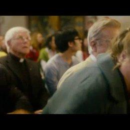 Oma attackiert den Papst mit Pfefferspray - Szene Poster