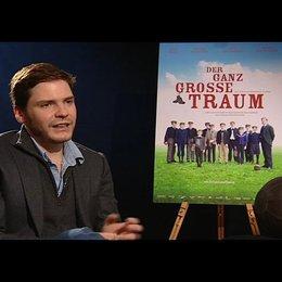 Daniel Brühl (Konrad Koch) über seine Vorbereitung auf die Rolle - Interview Poster