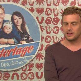 Sebastian Bezzel -Basti- über Bastis Vater Lambert und die Familie - Interview Poster