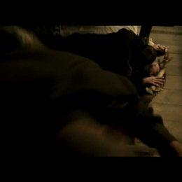 Gewalttätige Gulag-Wächter fallen über die Frauen in der Baracke her - Szene