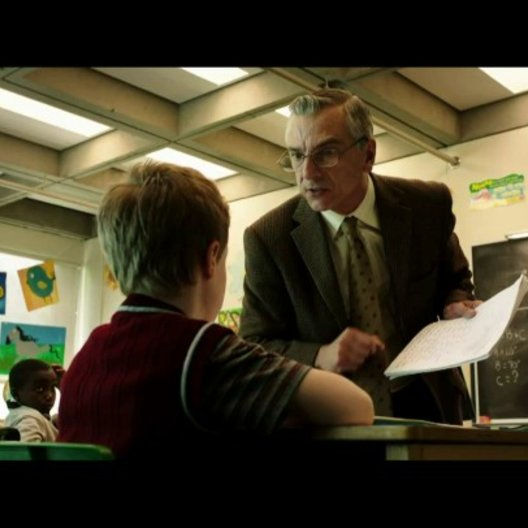 T.S. Spivet (Kyle Catlett) wird von seinem Lehrer (Richard Jutras) nicht anerkannt - Szene Poster