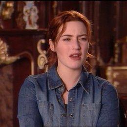 Kate Winslet (Rose) über das Treffen mit der alten Rose (Gloria Stuart) - OV-Interview Poster