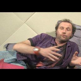 Francois Damiens über die komischen und romantischen Elemente des Films - OV-Interview Poster