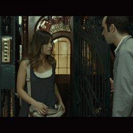 Cesar und Clara unterhalten sich im Fahrstuhl - Szene