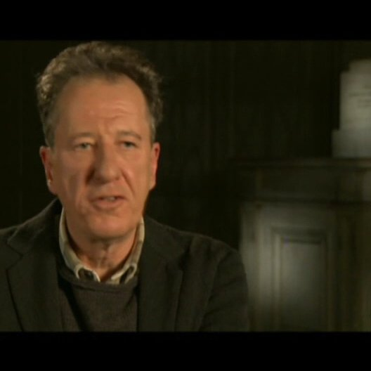 Geoffrey Rush (Lionel Logue) über den Regiesseur Tom Hooper - OV-Interview Poster