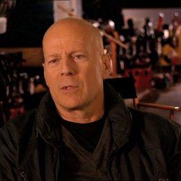 Bruce Willis (John McClane) über seine Stunt-Arbeit im Film - OV-Interview Poster