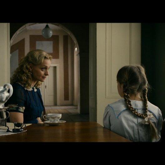Helga Reich warnt ihre Tochter Hanna vor dem Kontakt zu den jüdischen Wunderkindern - Szene Poster