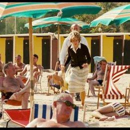 Die Grosseltern holen Robert vom Strand in Italien - Szene Poster