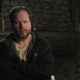 Joss Whedon über die Besetzung eines Ensembles - OV-Interview Poster