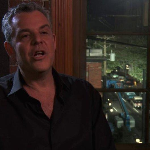 Danny Huston - Dick Nolan - über seinen Charakter Dick - OV-Interview Poster