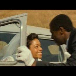 Das Hochzeitspaar Mandela trifft im Heimatdorf ein - Szene Poster