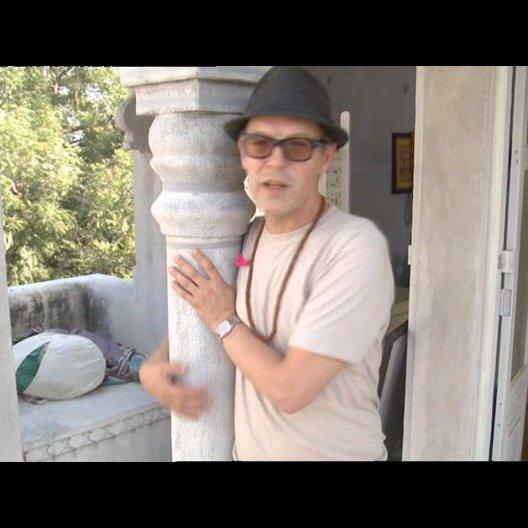 Alan Macdonald - (Szenenbild) über die Hoteldekoration - OV-Interview Poster