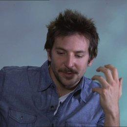 Bradley Cooper - Pat - über die verschiedenen Charaktere im Film - OV-Interview Poster