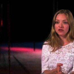 Amanda Seyfried über die Dreiecksverhältnisse in Cosettes Leben - OV-Interview