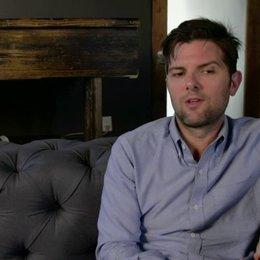 Adam Scott - Ted Hendricks - darüber, wie sich seine Rolle auf die Amerikanische Gesellschaft bezieht - OV-Interview Poster
