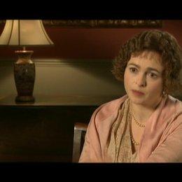 Helena Bonham Carter (Queen Mum) über ihre Rolle - OV-Interview Poster
