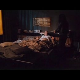 Lisbeth bedroht ihren Vormund Bjurman. Er kontaktiert ÑZalaì, um sie los zu werden - Szene Poster