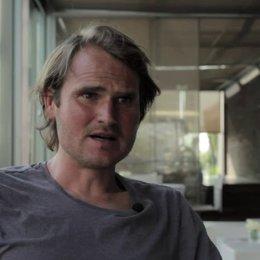 Fabian Hinnrichs über die Arbeit mit Doris Dörrie - Interview Poster