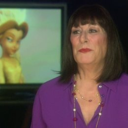 Anjelica Huston - Qüen Clarion - über die Geschichte - OV-Interview Poster