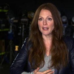 Julianne Moore - Jen Summers - über Fremde in einem Flugzeug - OV-Interview