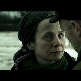 Eugenia und Anton verabschieden sich bevor er in ein anderes Arbeitslager gebracht wird&#x3B; er verspricht ihr sie abzuholen, wenn sie entlassen wird - Sz