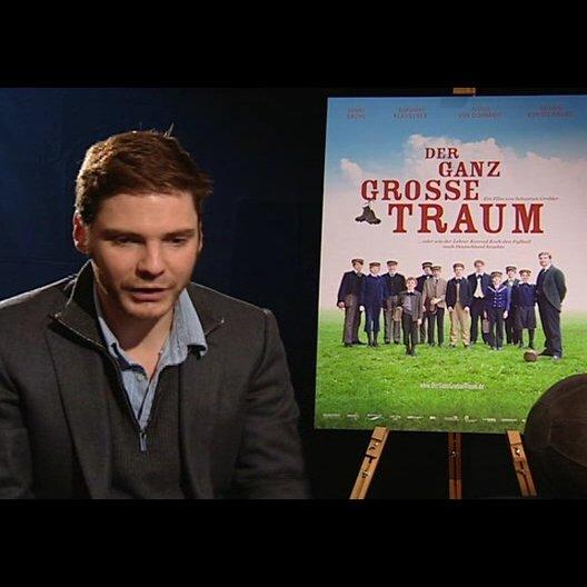 Daniel Brühl (Konrad Koch) über Sebastian Grobler und dessen Arbeit mit den jugendlichen Darstellern - Interview