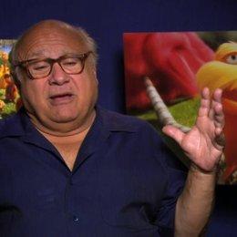 Danny De Vito über den Schnurrbart - OV-Interview Poster
