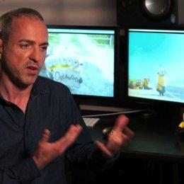 Kyle Balda - Regie - über Scarlets Auftrag für die Minions - OV-Interview Poster