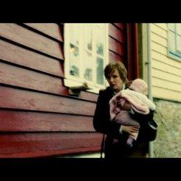 Katrine besucht ihre Mutter Ase mit Enkelkind - Szene Poster