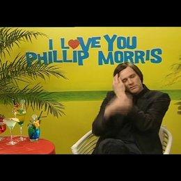 Jim Carrey (Steven Russell) über sein Aussehen im Film - OV-Interview Poster