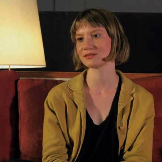 Mia Wasikowska über die Zusammenarbeit mit Rolley Mintuma - OV-Interview Poster