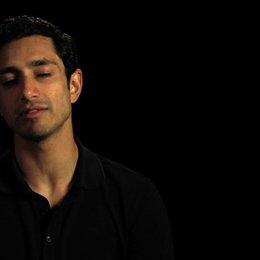 Riz Ahmed über die Erfahrung von Nacht Drehs - OV-Interview Poster