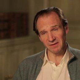 Ralph Fiennes - M. Gustave - über die Geschichte des Filmes - OV-Interview Poster