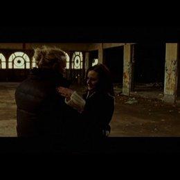 Randy bittet Stephanie zum Tanz in einer alten Halle - Szene