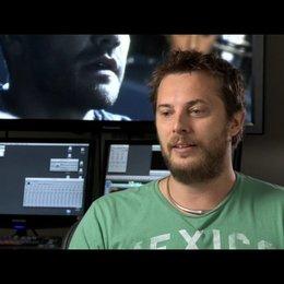 Duncan Jones (Regie) über die Arbeit mit Gyllenhaal - OV-Interview Poster