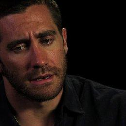 Jake Gyllenhaal über die heftige Szene in der Lou einen Spiegel zerbricht - OV-Interview Poster